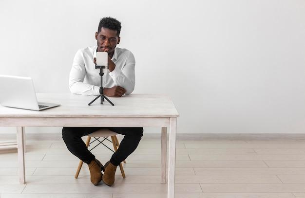 Homme afro-américain d'affaires ayant un appel vidéo