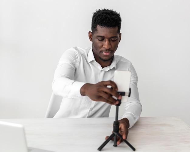 Homme afro-américain d'affaires prêt pour un appel vidéo