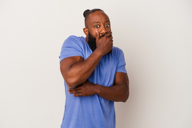 Homme afro-américain avec barbe isolé sur fond rose effrayé et effrayé.