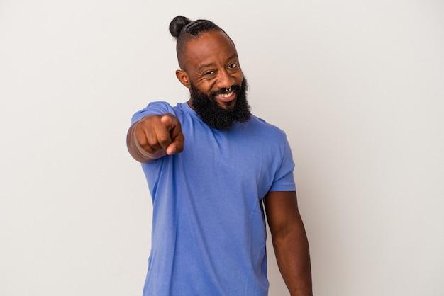 Homme afro-américain avec barbe isolé sur fond rose sourires joyeux pointant vers l'avant.