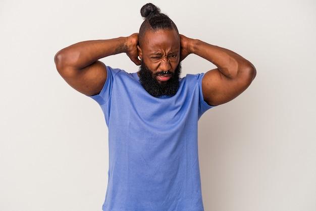 Homme afro-américain avec barbe isolé sur fond rose touchant l'arrière de la tête, pensant et faisant un choix.