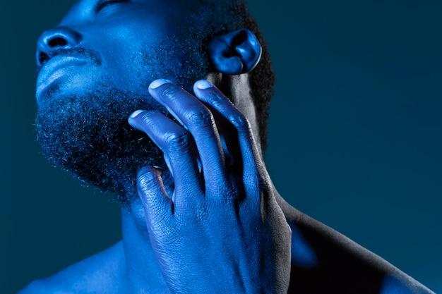 Homme afro-américain dans les tons bleus