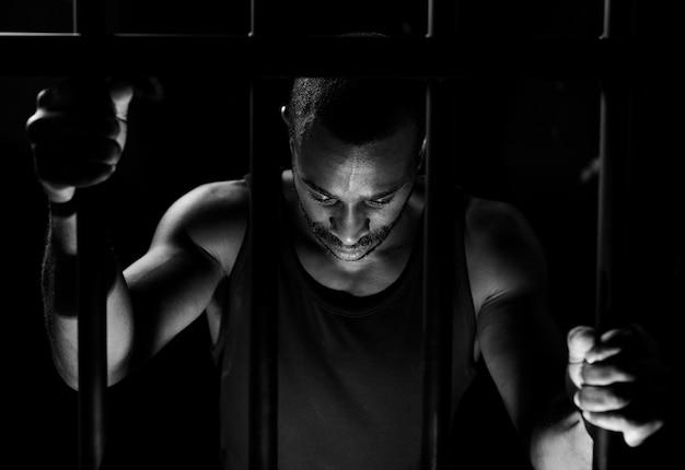 Homme afro-américain derrière les barreaux