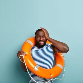 Un homme afro-américain en détresse souffre de maux de tête