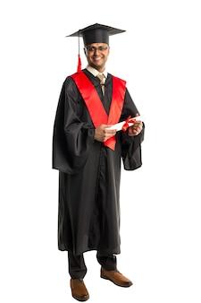 Homme afro-américain diplômé en robe et bonnet