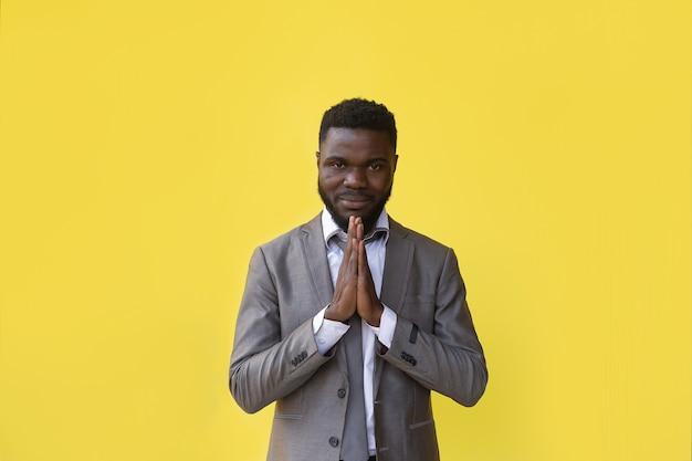 L'homme afro-américain fait un geste de gratitude