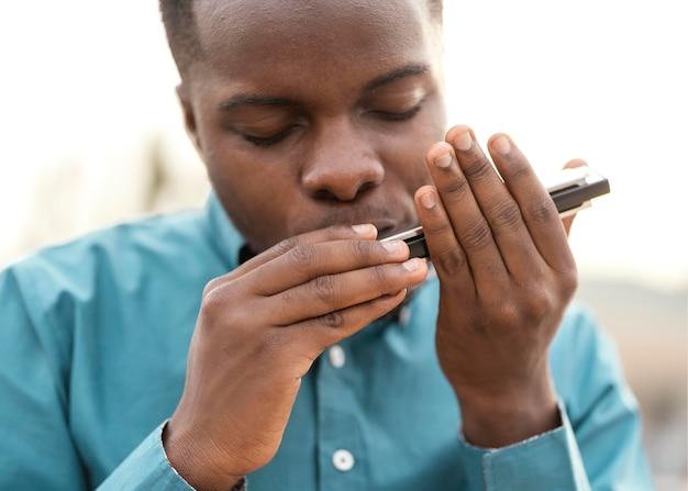 Homme afro-américain jouant de la musique le jour du jazz