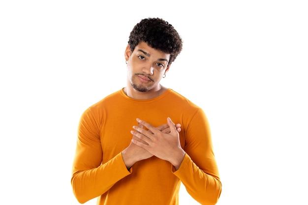 Homme afro-américain mignon avec une coiffure afro portant un t-shirt orange isolé