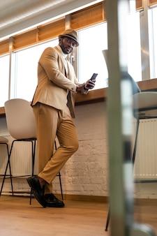 Homme afro-américain moderne en costume beige