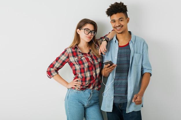 Homme afro-américain noir et femme en chemise et lunettes, isolé sur blanc