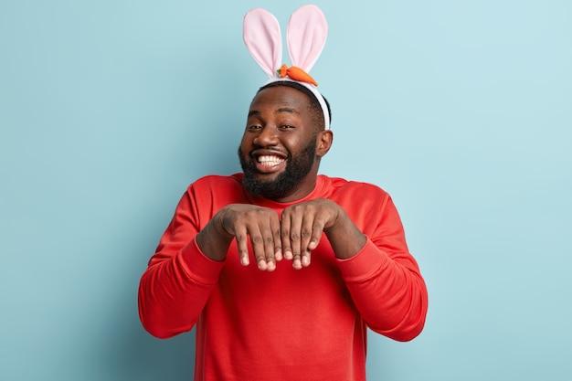 Homme afro-américain avec des oreilles de lapin de pâques