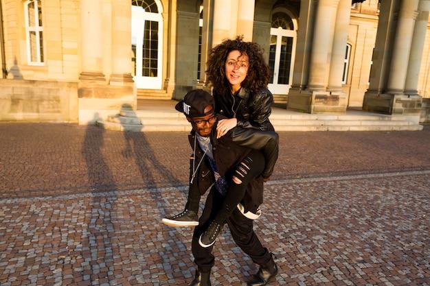 Homme afro-américain portant une femme sur le dos