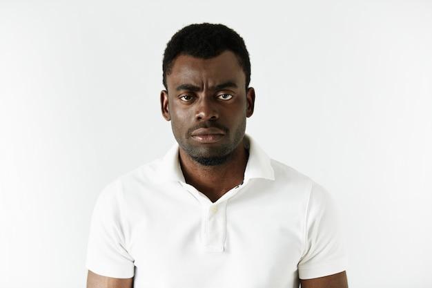 Homme afro-américain portant un t-shirt blanc
