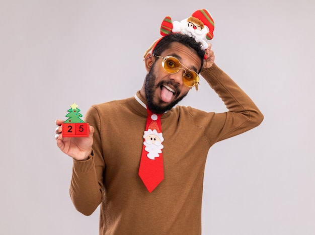Homme afro-américain en pull marron et bord de santa