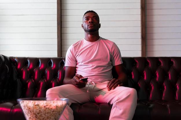 Homme afro-américain regardant un film sur netflix