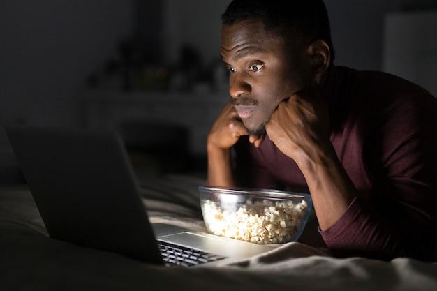 Homme afro-américain, regarder netflix