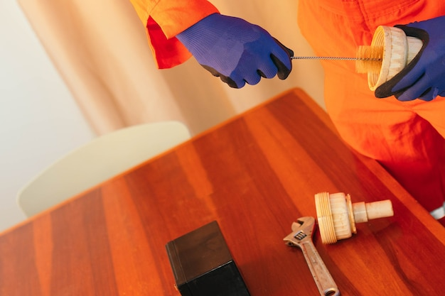 L'homme d'afro-américain répare un tuyau à la maison