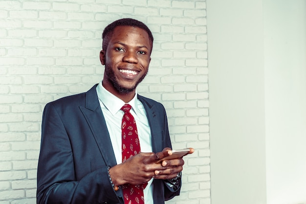 Homme afro-américain avec samrtphone