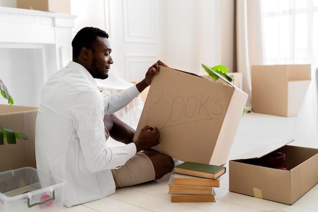 Homme afro-américain se préparant sa nouvelle maison pour emménager