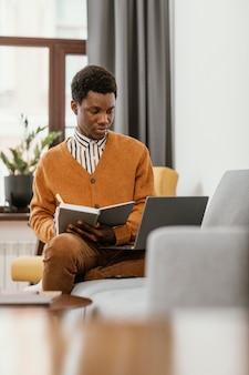 Homme afro-américain travaillant à distance à domicile