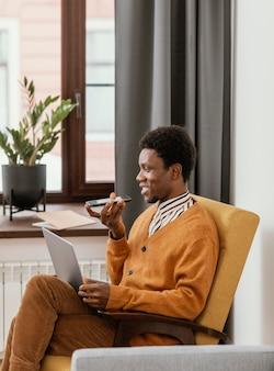 Homme afro-américain travaillant à distance de son domicile