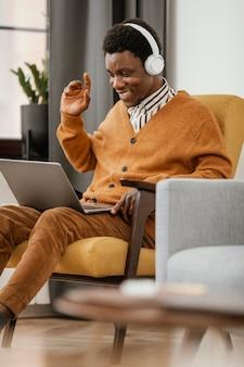 Homme afro-américain travaillant à domicile