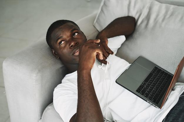 Homme afro-américain travaillant à la maison ordinateur portable indépendant