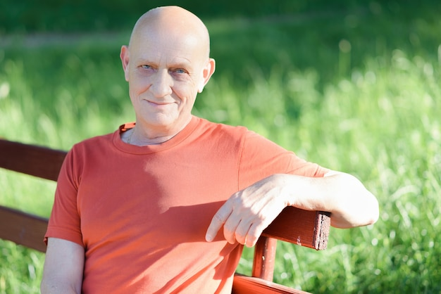 Un homme âgé assis sur un banc dans le parc
