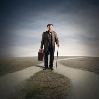Un homme âgé à un carrefour de rues