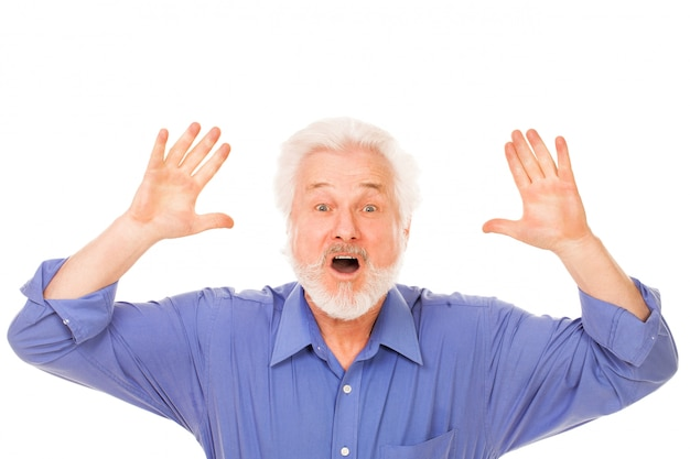 Homme âgé en colère avec barbe