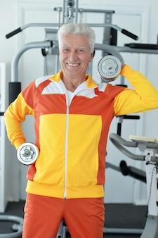 Homme âgé dans une salle de sport pendant l'exercice