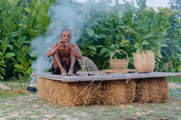 Homme âgé avec du bambou artisanal, style de vie des habitants en thaïlande