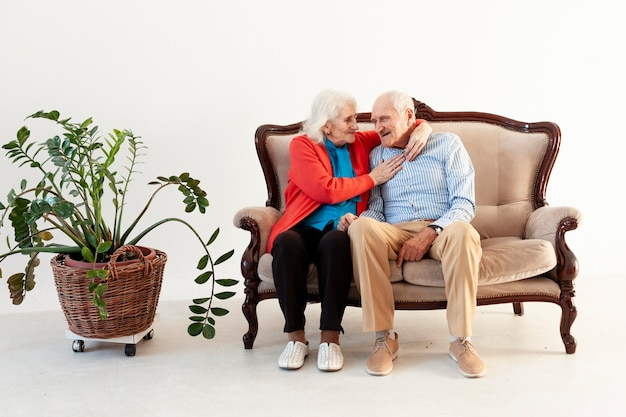 Un homme âgé et une femme assise sur un canapé