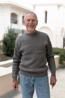 Homme âgé moderne à l'extérieur