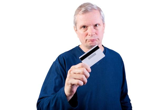 Un homme âgé montre une carte de crédit. isolé sur fond blanc. pour n'importe quel but.