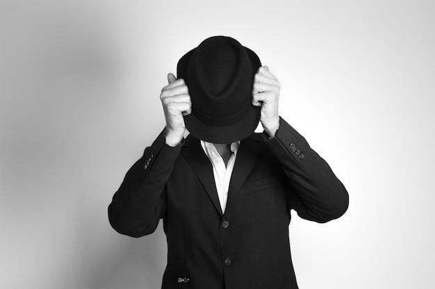 Homme d'âge moyen au chapeau noir