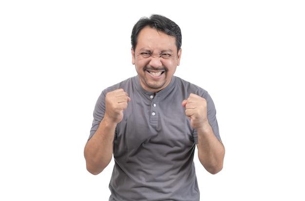 Un homme d'âge moyen avec une barbe satisfait isolé sur fond blanc, concept d'émotion