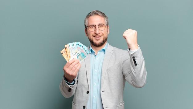 Homme d'âge moyen avec des billets