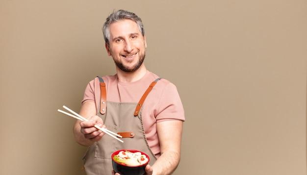 Homme d'âge moyen avec un bol de ramen