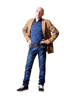 Homme d'âge moyen dans une veste jaune et un jean bleu