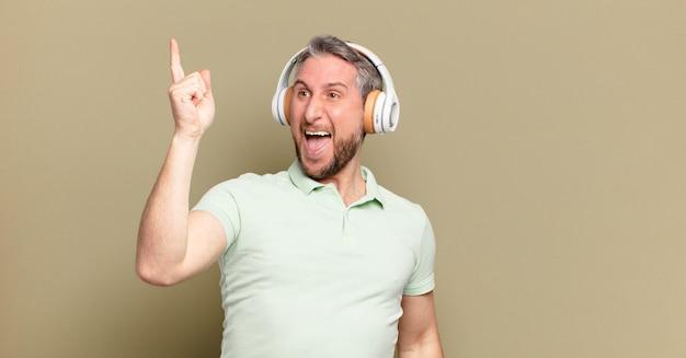 Homme d'âge moyen, écouter de la musique avec ses écouteurs