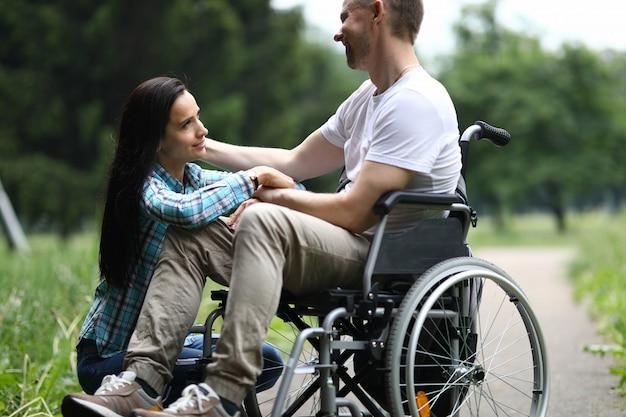 Homme d'âge moyen en fauteuil roulant