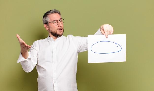 Homme d'âge moyen avec une feuille de papier vierge