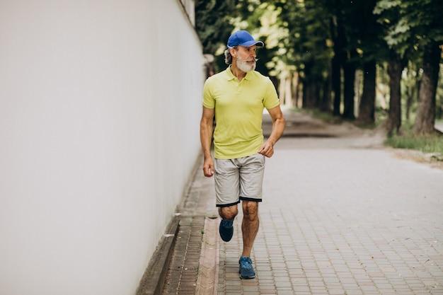 Homme d'âge moyen jogging dans le parc