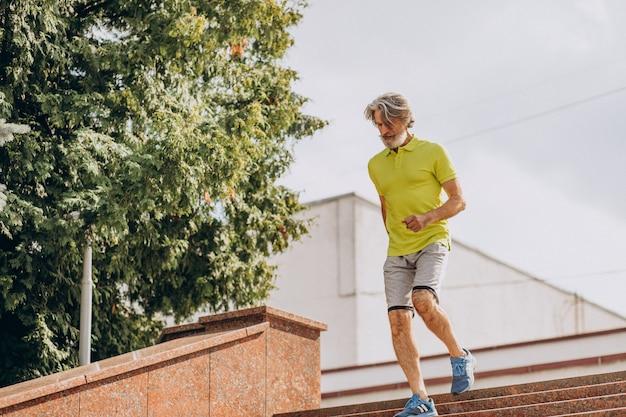 Homme d'âge moyen jogging vers le bas et à l'étage