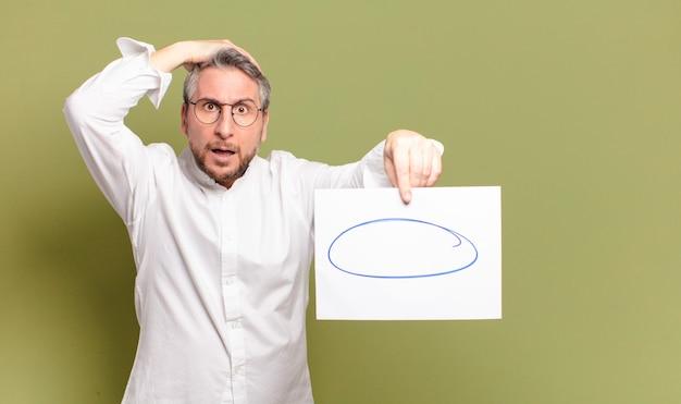 Homme d'âge moyen avec un morceau de papier