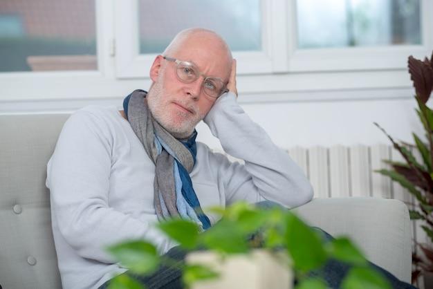Homme d'âge moyen se détendre un moment dans un canapé