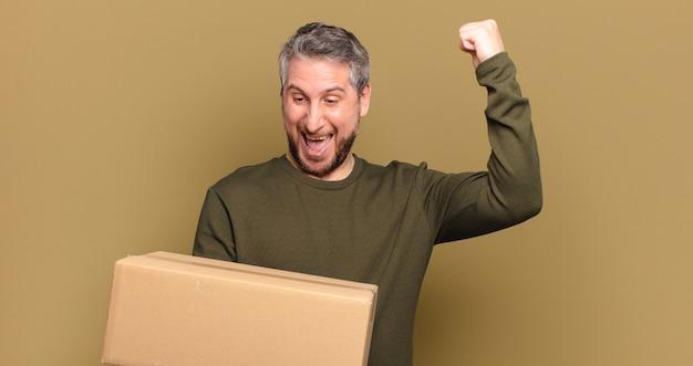 Homme d'âge moyen tenant un paquet