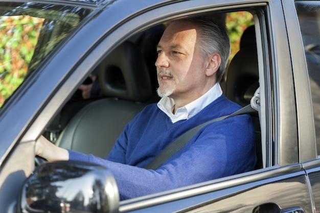 Homme d'âge mûr au volant de sa voiture