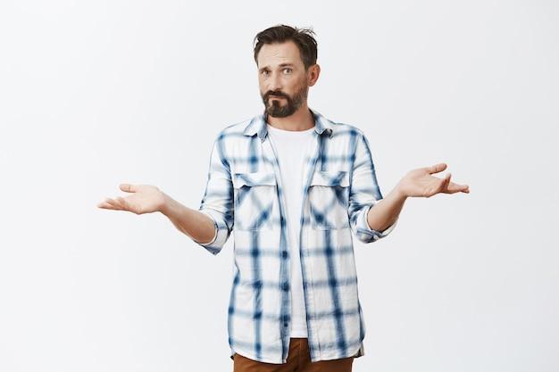 Homme d'âge mûr barbu confus posant